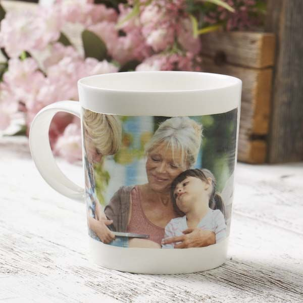 Make a DIY photo mug for Mom using her favorite picture and Mod Podge Photo Transfer! There are so many different ways to use the photo transfer.