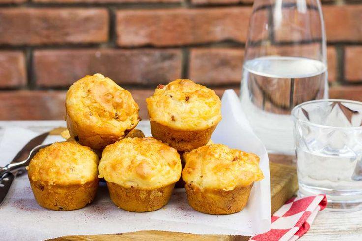 Recept voor hartige muffins voor 4 personen. Met zout, olijfolie, peper, emmentaler kaas, droge worst, macadamianoten, ei, bloem, bakpoeder en melk