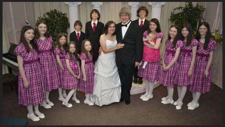 Louise y David Turpin, con 12 de sus hijos, en una de sus bodas en Las Vegas. La foto es de su perfil de Facebook.