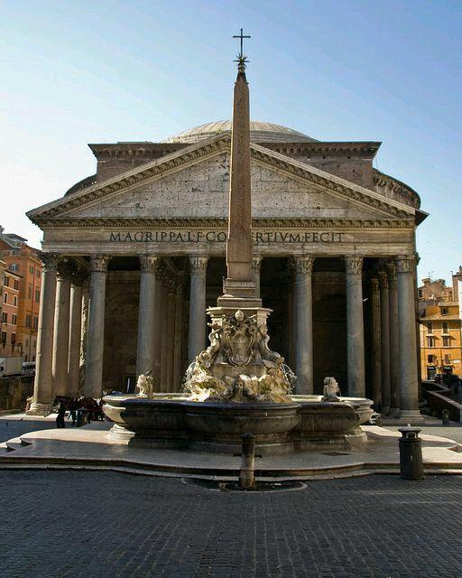 Plaza del Panteón,  fuente y Obelisco. Roma Italia