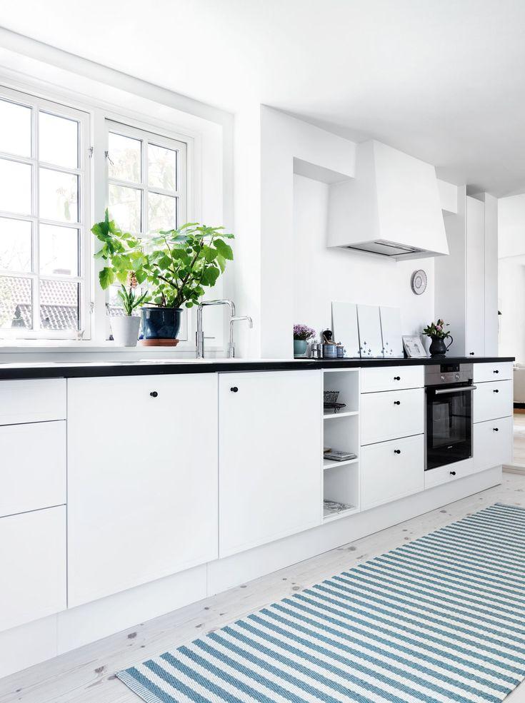 Upraktisk, rodet og lidt for trangt. Sådan var Birgit Heinskous køkken tidligere. Se, hvordan hun forvandlede slidt landstil til en nordisk oase med rolige farver, rene linjer og masser af plads til at lave mad.