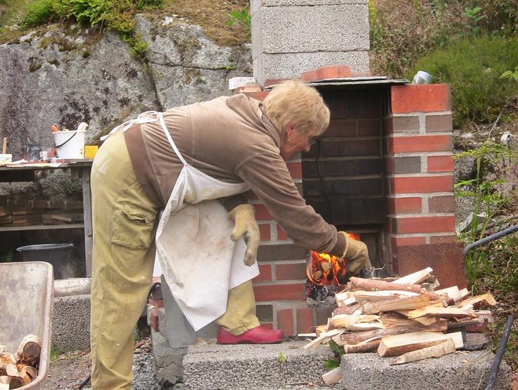 Morå i arbeid - kjent positur ved Raku ovnen