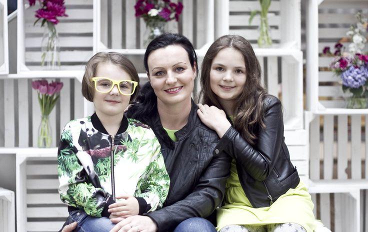 Jak krople wody :) zdjęcia z sesji MiniMe z okazji Dnia Matki. Mama skórzana kurteczka - Carry, sukienka Simple, córki - sukienka i kurteczki - Young Reporter
