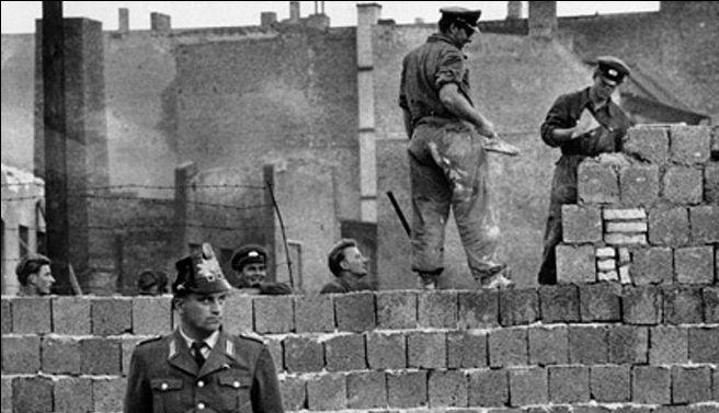 Tras la Segunda Guerra Mundia, Alemania y Berlín se dividieron en la República Democrática Alemana y la República Federal Alemana, Este último empezó a prosperar, y los ciudadanos del otro lado comenzaron a migrar a este. Entonces, las autoridades ordenaron en secreto el levantamiento de un gran muro en Berlín con dura vigilancia para evitar este problema. Alrededor de 200 personas murieron intentando pasar al lado contrario.