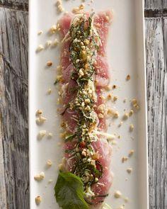Een carpaccio van tonijn, op Vietnamese wijze. Met krokante pinda's, munt, Aziatische basilicum en een vinaigrette van vissaus bij. Verfijnd!