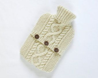 Este suéter de lujo botella de agua caliente se hace con 100% inspirado en patrones tradicionales escocesas, a escocés de lana de la más alta calidad haciendo este suéter extra especial.  ¿Necesita su botella de agua caliente algunos tlc?  Sí... entonces ¿por qué no envolver en este lujoso y acogedor agua caliente botella suéter?  Diseñado y tejido a mano por mí a mi propio diseño usando lana escocesa en un gris hermoso luz guijarro. Cuenta con un diseño de diamante y cable contra un fondo…