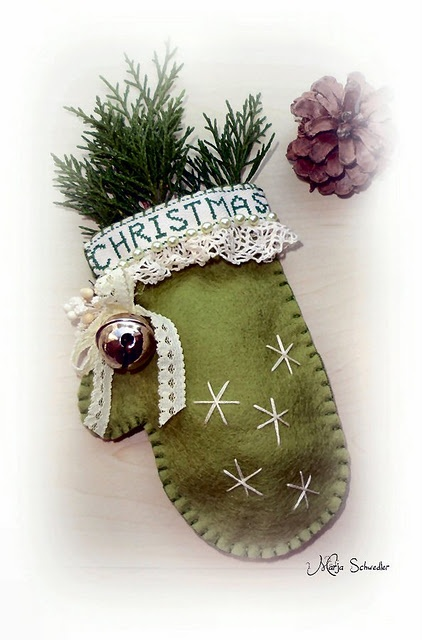 Love the country look of this felt mitten with the pine bough and lace.