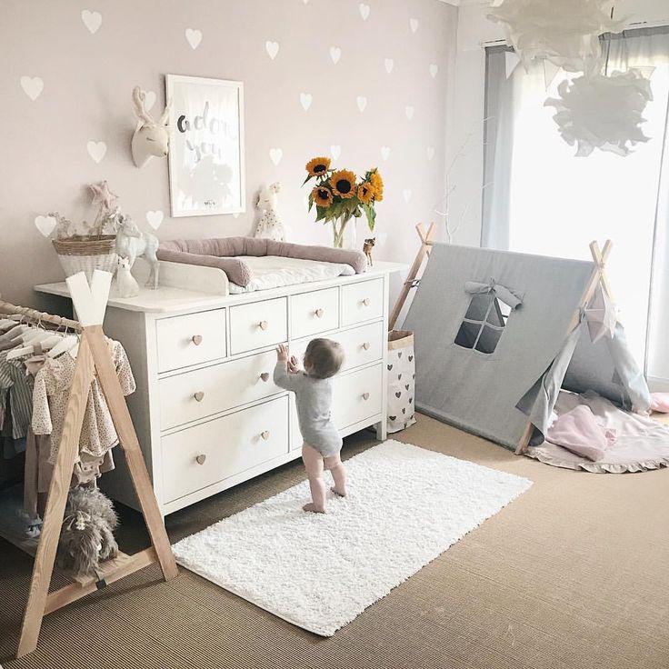 Babyzimmer einrichten ? Wandgestaltung Idee Inspo Wickelkommode Wickeltisch DIY ? Wandsticker Vintage Boho altrosa