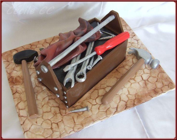 Bonjour, aujourd'hui je vous propose un tutoriel pour réaliser un gâteau pour la fête des pères (ou un anniversaire de bricoleur ou pour un petit garçon) : une caisse à outils 3D. J'ai voulu concevoir un gâteau simple et à la portée des débutants. Il...