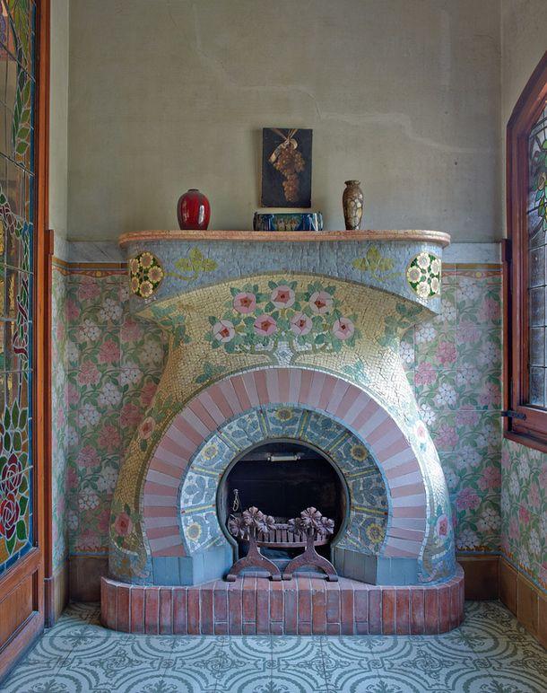 Каса Навас в Каталонии, арх. Луис Доменека-и-Монтанера  Малая гостиная на втором этаже. Камин в стиле ар-нуво выложен керамической плиткой по дизайну Луиса Брю.