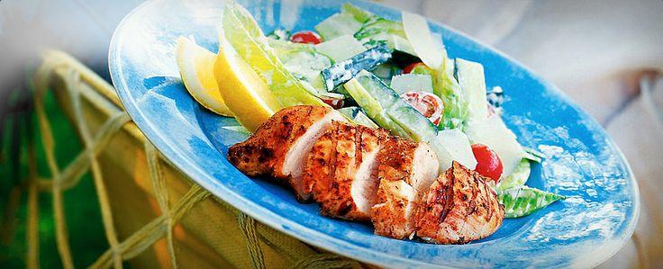 Enskikkelig godsalatinspirert av den klassiske Cæsarsalaten, her med marinert grillet kylling.