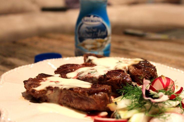 solomillo de ternera con salsa de queso azúlIngredientes Solomillo de Ternera con Salsa de queso azul para 4 personas:  4 Trozos de Solomillo de ternera (700 gr. aprox.) 4 Trozos de Solomillo de ternera (700 gr. aprox.) Aceite de oliva Una pizca de sal Salsa de Queso Azul Elaboración Salsa de queso azul casera:  250 g de nata líquida 100 g de Queso Cabrales Una pizca de sal