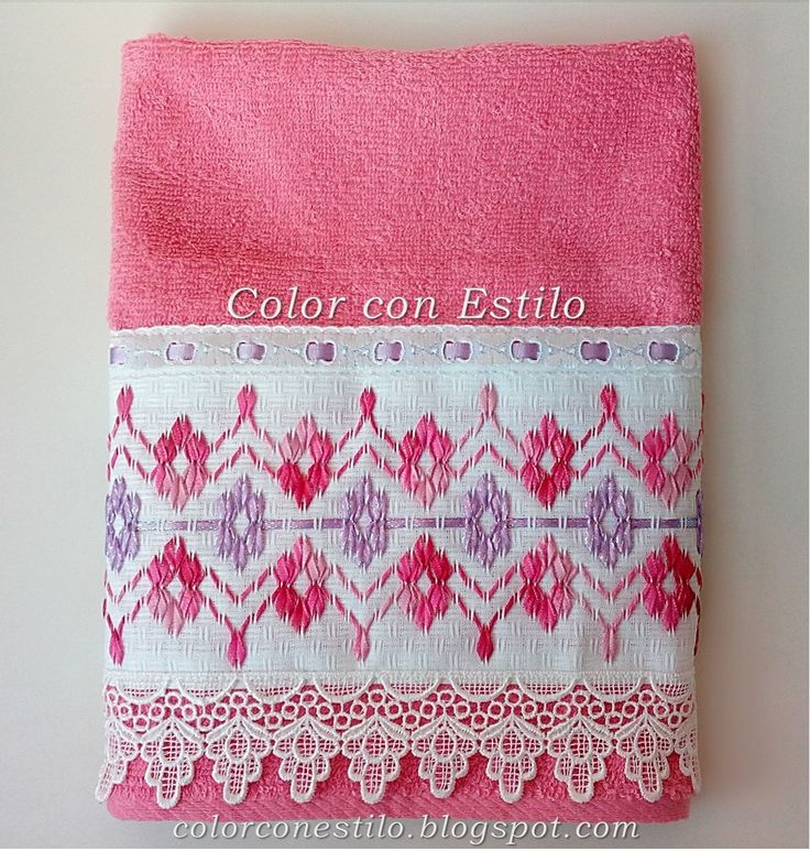 Toalla bordada con cintas en vagonite. En colores fucsia y lila.