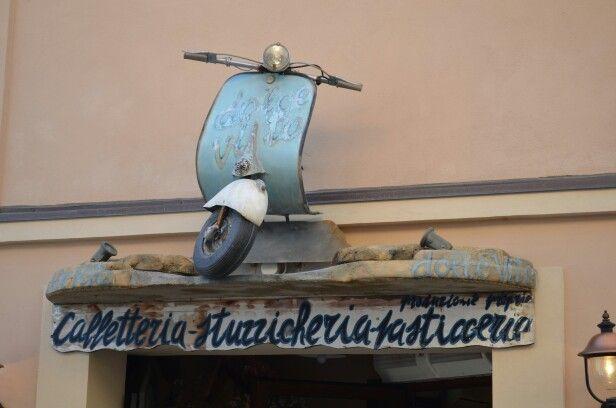 Vespa come decor per una Caffetteria a Pennabilli Emilia Romagna Italia
