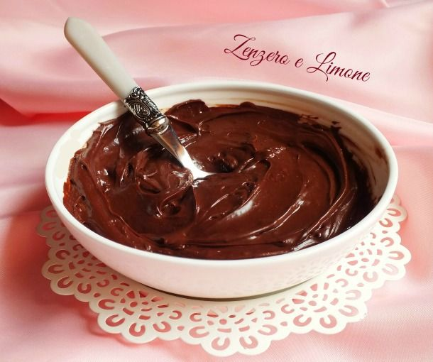 Questa crema al cioccolato è particolarmente indicata per farcire torte semplici o Pan di Spagna. È piuttosto corposa, si stende benissimo e non cola.