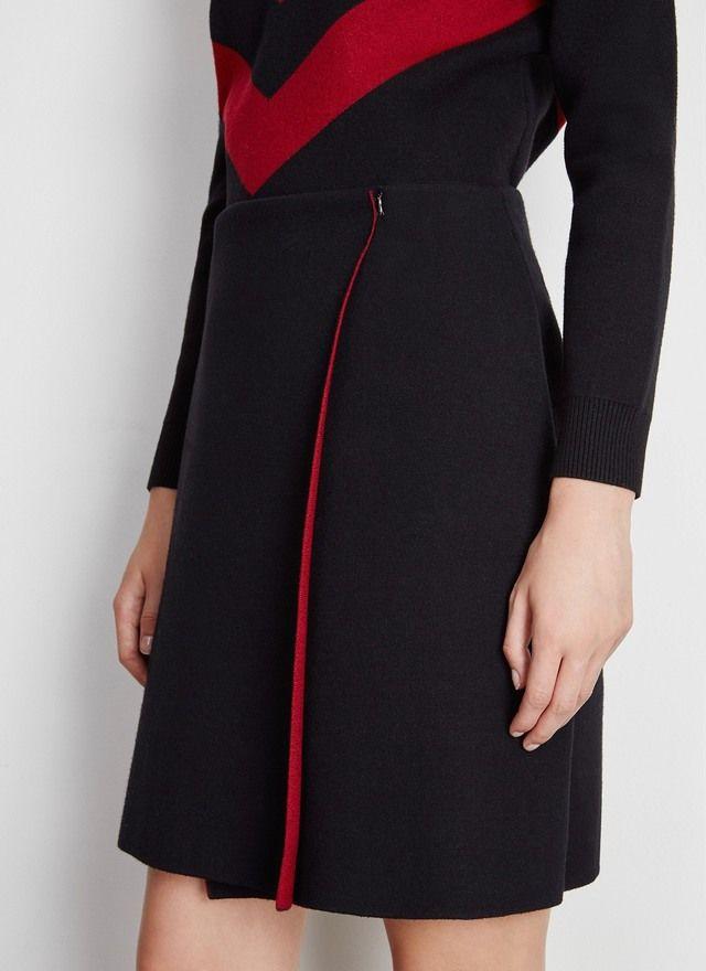 Clásica falda de punto renovada con una abertura en el lateral y efecto de doble faz. Lleva forro interior en color rojo oscuro y se cierra con enganche. Combínala con blusas en seda o jerséis para conseguir un look muy sofisticado.