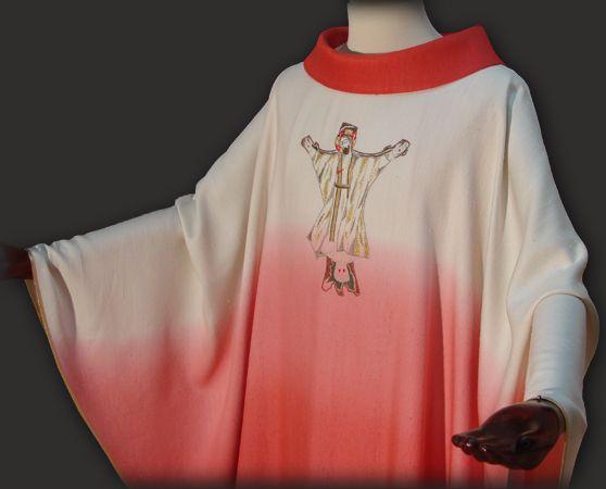 Casula sacerdotale rossa, realizzata in un tessuto di seta molto morbido e leggero. La casula è impreziosita con un ricamo personalizzato