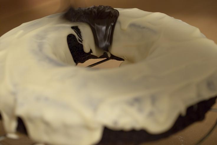 Tarta de chocolate, cobertura interior. Bizcocho de chocolate, dos capas de chocolate, blanco y negro, y virutas de chocolate negro y blanco.