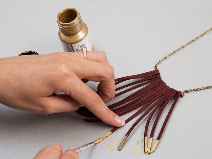 Tutoriale DIY: Cómo hacer un collar con flecos de cuero vía DaWanda.com
