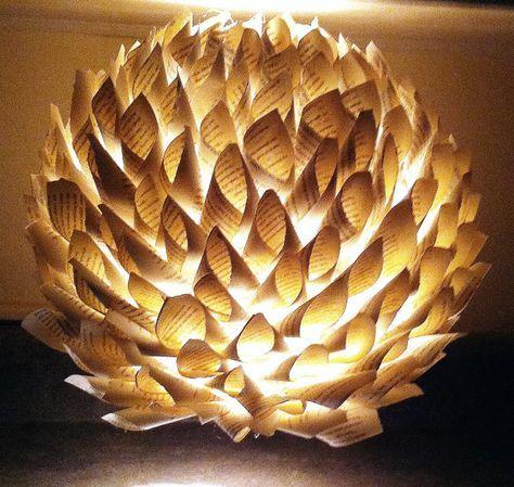 Lampe aus Buchseiten