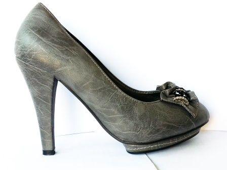 Pantofi dama  gri, cu platforma, toc de 8 cm, material imitatie piele, cu model frontal  la pretul de 39 RON. Comanda Pantofi dama  gri, cu platforma, toc de 8 cm, material imitatie piele, cu model frontal  de la Biashoes!