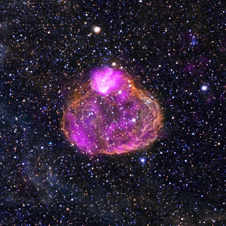 Există o regulă în natură: cu cât ceva este mai frumos, cu atât este mai periculos. De exemplu, animalele, insectele și florile cele mai frumos colorate sunt și cele mai veninoase sau otrăvitoare. Acestă regulă se aplică și în spațiul cosmic. Fotografia de mai sus ilustrează o bulă de gaz roz ce sclipește printre stele strălucitoare. Acest nor drăguț este una dintre  frumusețile periculoase ale naturii – el emană o cantitate enormă de radiație mortală!