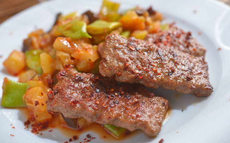 Izgara ya da yağsız tavada pişen köfteler ve sote sebze küpleri, aynı tabakta bir araya geliyor. Pilav ya da makarnaya görev düşmüyor.