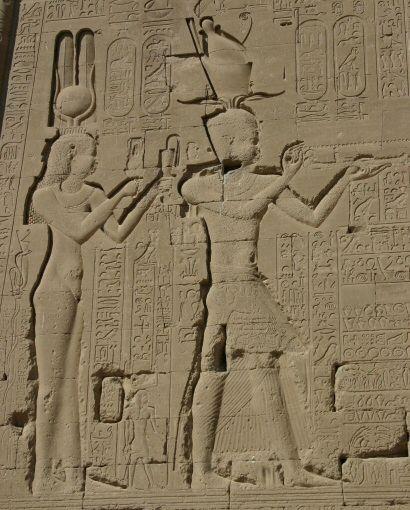 File:Denderah3 Cleopatra Cesarion.jpgKleopatra'nın bir halı içinde Sezar'ın sarayına girdiği ve bu büyük kralı kendine aşık ettiği rivayet edilir. Bu olaydan sonra kardeşi, kimsenin bilmediği bir sebeple Nil sularında boğuldu.  Kardeşinin aradan çekilmesi ile Kleopatra tek başına iktidar koltuğuna oturdu. O sırada Sezar'dan bir çocuğu oldu ve minik Sezarion'u alıp Roma'ya gitti. En büyük hayali, iki imparatorluğu birleştirip Büyük İskender'in de hayali olarak bilinen tüm dünyaya sahip…