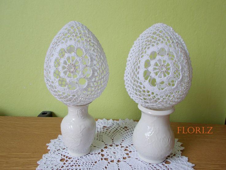Háčkované vajíčko s korálky 13 cm Vajíčko je uháčkované z bavlněné příze a silně naškrobené. Po obvodu je obháčkované. Zdobené 164 korálky, které jsou poctivě přišité z obou stran. Výška vajíčka 13 cm. Zasílám balené v bublinkové fólii a vložené do pevné krabičky.