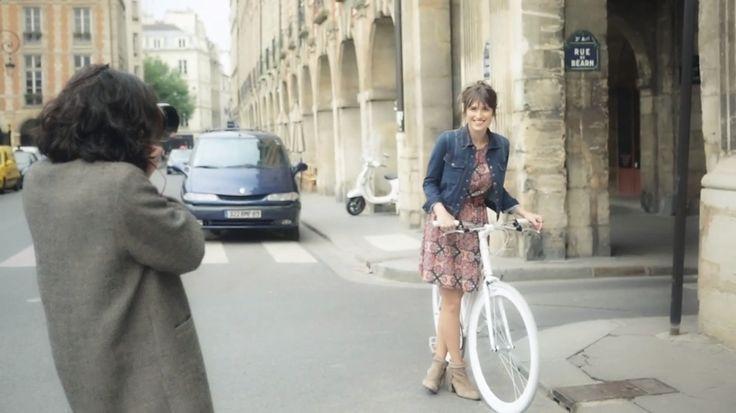 A Macy's está com uma novidade para atrair ainda mais o público jovem, que é a parceria com uma nova marca criada e inspirada por Paris: a Maison Jules. Na primeira campanha para a llinha, a fótografa de street style Garance Doré clicou Jeanne Damas, modelo e blogueira, passeando pela icônica cidade com trajes delicados…
