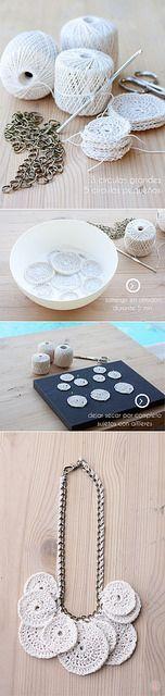 """Fazer círculos menores e maiores em crochê. Dar um banho de solução de água com amido por cinco minutos, para """"engomar"""". Deixar secar bem antes de montar o colar - gostei! (http://sweetandknit.blogspot.com.es/2014/05/como-hacer-un-collar-de-ganchillo.html)"""