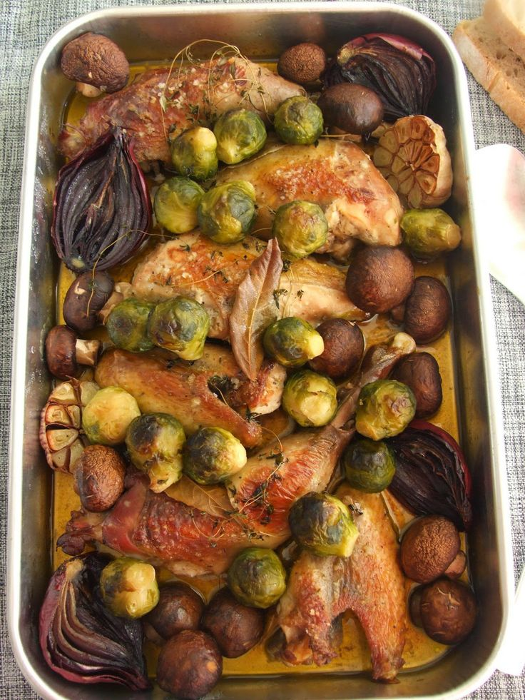 Galinha-d'angola no forno com cogumelos marron e couves-de-bruxelas / Roasted guinea fowl with cremini mushrooms and Brussels sprouts #cooking #cookitsimple #roast #guineafowl