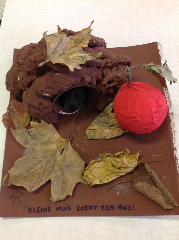 Kleine muis zoekt een huis holletje uit isolatieschuim appel uit papier maché muis uit klei