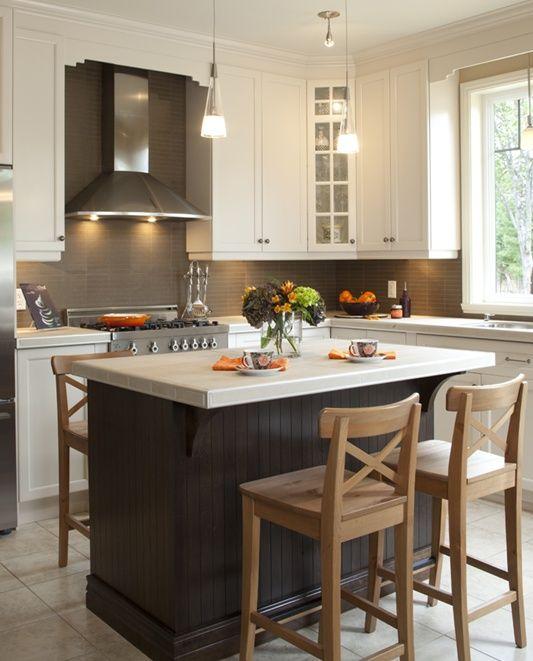 Armoires de cuisine de style classique avec un touche contemporaine. Nous retouvons dans cette cuisine l'agencement de deux tons. La totalité de ces armoires de cuisine ont été réalisé en merisier. Le tout est harmonisé avec un comptoir de créamique de deux pouces d'épaisseur.