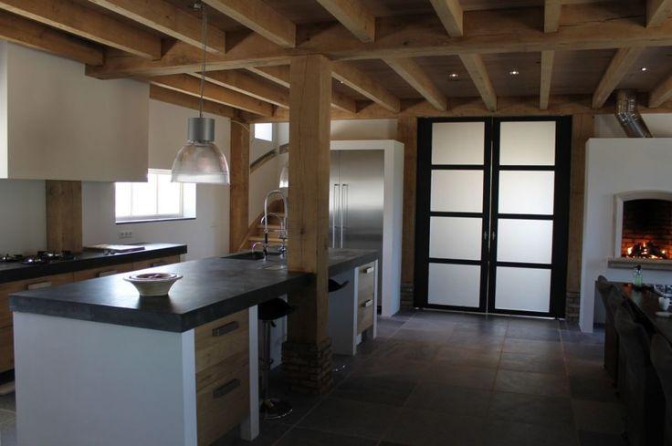 kookeiland met naturel eiken en betonnen bar/ Ikea keuken met design eiken via koakdesign.nl