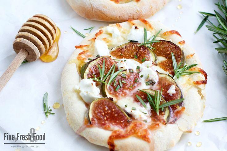 Schnell zubereitete Feigen-Ziegenkäse-Pizza mit Honig und Rosmarin. Sowohl also Vorspeise als auch als Nachspeise der absolute Genuss.