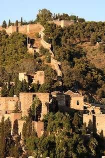 La Alcazaba, Malaga.   La ciudad fue fundada por los fenicios, que construyeron un poblado cerca del cerro donde hoy se encuentra la Alcazaba. Durante la época de los romanos, Málaga gozó del privilegio de ciudad confederada de Roma.  La ciudad vivió una de sus etapas de mayor progreso bajo el control de los árabes. En 1487 la ciudad es conquistada por los Reyes Católicos. Fue esta una etapa de imparable decadencia.