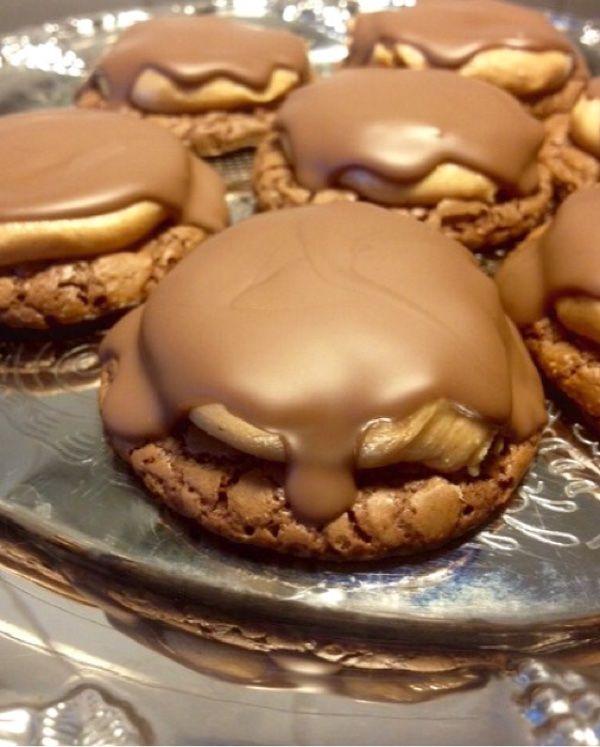 Kan ni tänka er, brownie, cookies, choklad, och jordnötssmak i ett !!  Makalöst goda cookisar ! En av favoriterna på bakbordet här hemma.   Alla var förtjusta och dem tog slut lika fort…