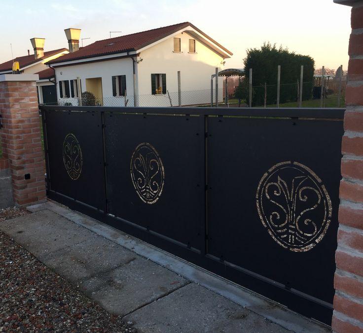 Cancello in stile moderno con riempimento a lamiere con disegno taglio plasma a mano colore nero grafite