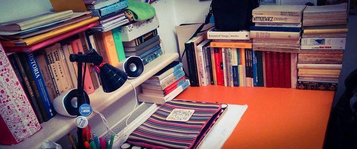 """""""Moderniści byli dziwni."""": To jakieś 2/3 administracyjnego dość skromnego księgozbioru, preferujemy żywot dekadencki, więc nie mamy biblioteczki (bo nas nie stać), za to upychamy gdzie popadnie, najczęściej na biurku i parapecie. Część stoi na regale, którego nie obfotografowaliśmy. Z ciekawości administracja policzyła, ile tego ma, i wyszło jakieś... 150?"""