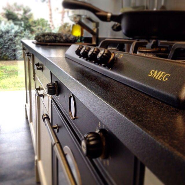 Στον ανανεωμένο εκθεσιακό μας χώρο στο Μαρούσι νέες συνθέσεις επίπλων κουζίνας με τις όμορφες πινελιές της smeg #smeg #cortina #estia #κουζινα #kitchen #black