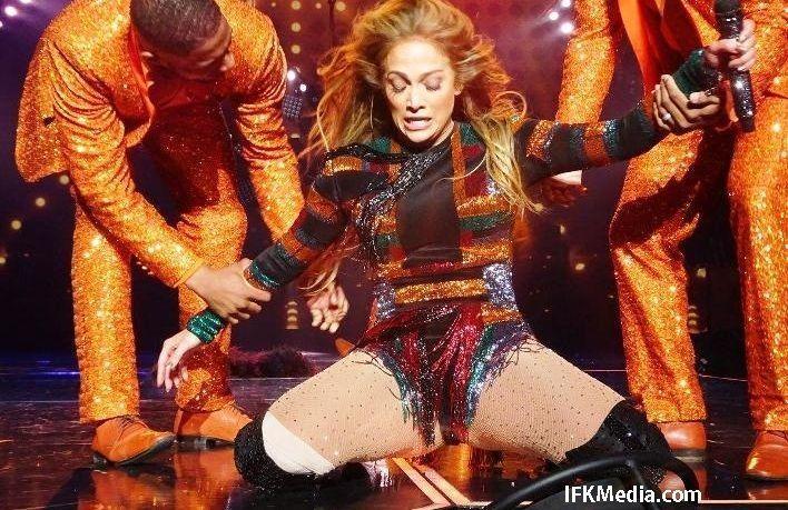 Jennifer Lopez mengalami insiden memalukan jatuh sampai celana dalamnya terlihat saat ngedance di Axis Theater, Planet Hollywood pada Kamis (1/6) kemarin.