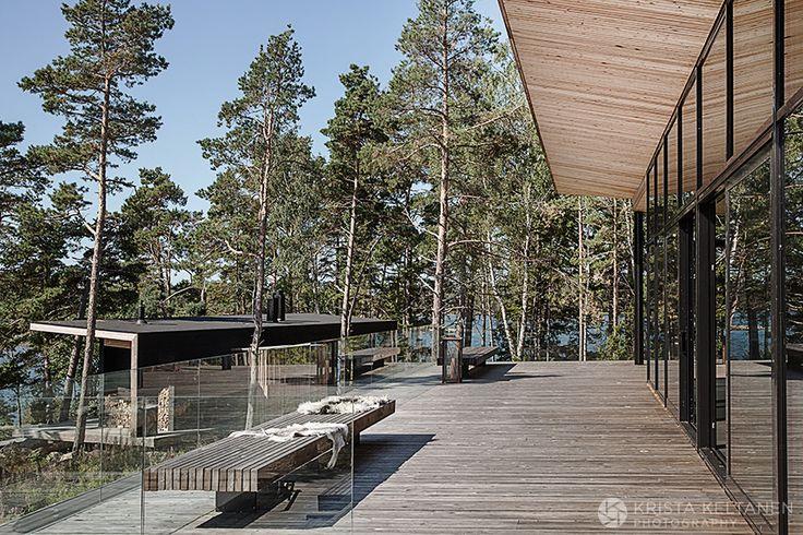 Arkkitehti Joanna Maury-Aholan kädenjälki näkyy yksityiskohtia myöten. Luonto on niin vahva elementti täällä. Valo ja luonto pyrkii sisään suurista lasi ikkunoista pitkin taloa. Hurmaava paikka.Kodista jutun kirjoitti Jonna Kivilahti /Glorian koti nro.10.