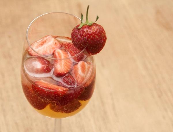 Spritzige Erdbeerbowle mit Minze