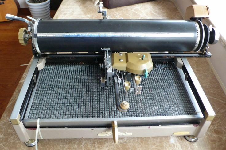 Machine à écrire chinoise. 3000 caractères sculptés dans de petits cubes de plomb.