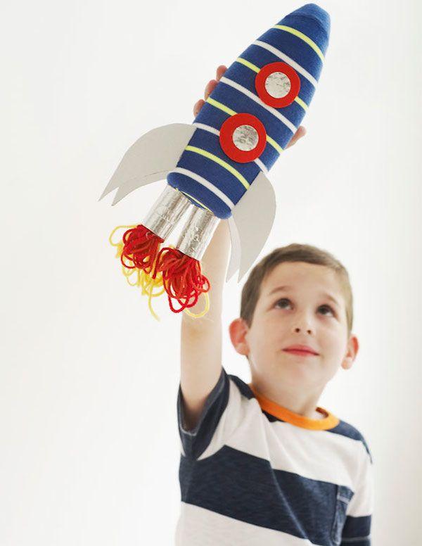 Juguetes para niños hechos con materiales reciclados. 4 ideas para hacer juguetes caseros reciclados. Un cohete, un barco y dos juegos de precisión.