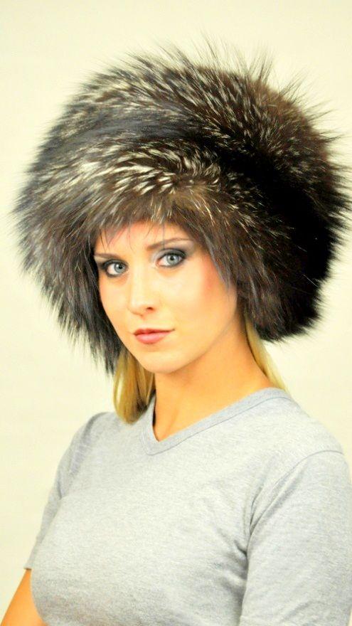Cappello in pelliccia, con effetto orizzontale in autentica volpe argentata naturale.  www.amifur.it