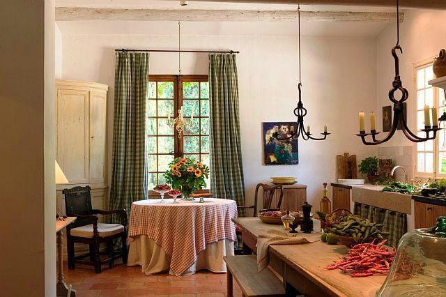 Rholalala ça, c'est un intérieur magnifique ~ une longue table  de réfectoire ou de ferme pour manger le midi  et une table ronde, plus élégante, plus stylée pour un dîner en tête à tête...  C'est très maison de campagne...CHIC!