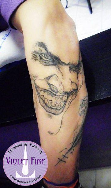 tatuaggio personaggi, tatuaggio videogioco, tatuaggio gruppo, tatuaggo Jocker su braccio - Violet Fire Tattoo - tatuaggi maranello, tatuaggi modena, tatuaggi sassuolo, tatuaggi fiorano - Adam Raia
