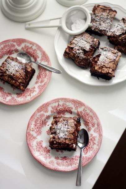 Kokeile ihanan tahmeita marenki-suklaabrownieita, joissa on browniepohjan lisäksi suklaakastiketta ja kerros kuohkeaa suklaamarenkia.